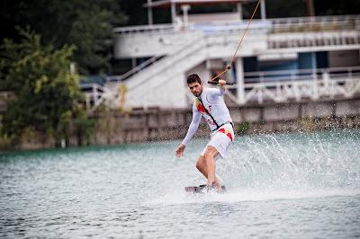 Хайме Альгерсуари катается на вейкборде перед гоночным уикэндом в Монце