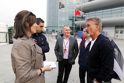 Эдди Джордан рассказывает что-то смешное - Энтони Дэвидсон Джонни Херберт Себастьян Буэми Ли Маккензи на Гран-при Китая 2012