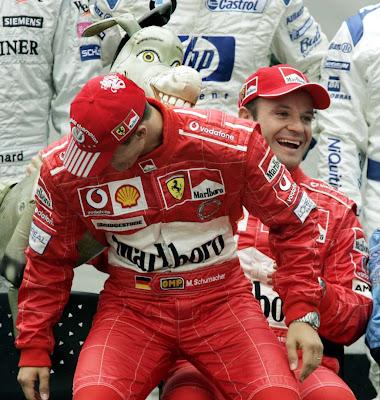 смеющиеся Михаэль Шумахер и Рубенс Баррикелло вместе с осликом donkey does f1 на Гран-при Бразилии 2004