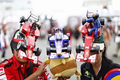 болельщики в оригинальных кепках Ferrari и Red Bull на Гран-при Японии 2014