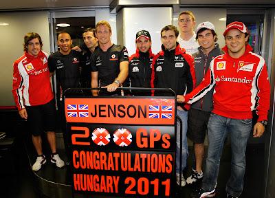 гонщики поздравляют Дженсона Баттона с его 200-сотой гонкой на Гран-при Венгрии 2011