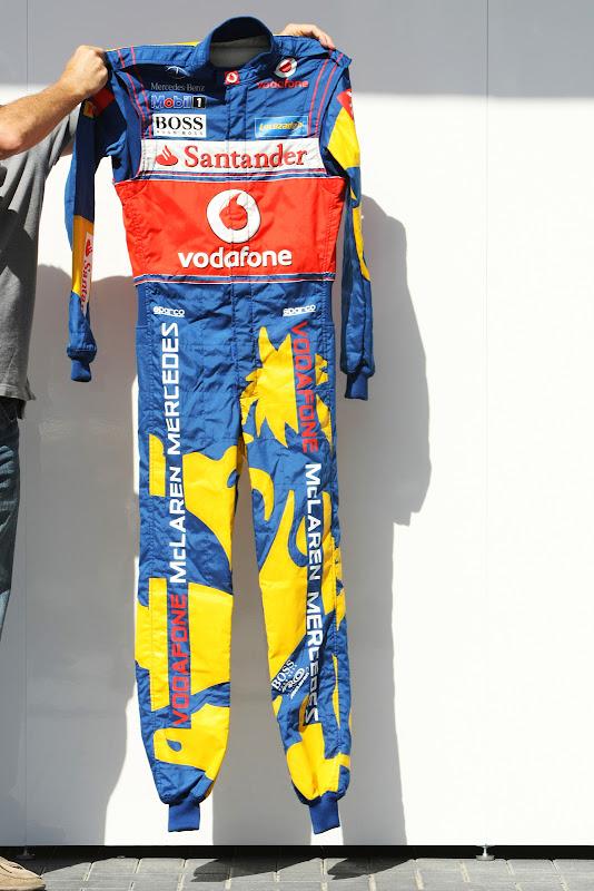 сине-желтый комбинезон Hugo Boss для Гран-при Абу-Даби 2011