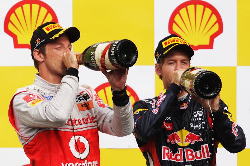 Дженсон Баттон и Себастьян Феттель пьют шампанское на подиуме Гран-при Бельгии 2011