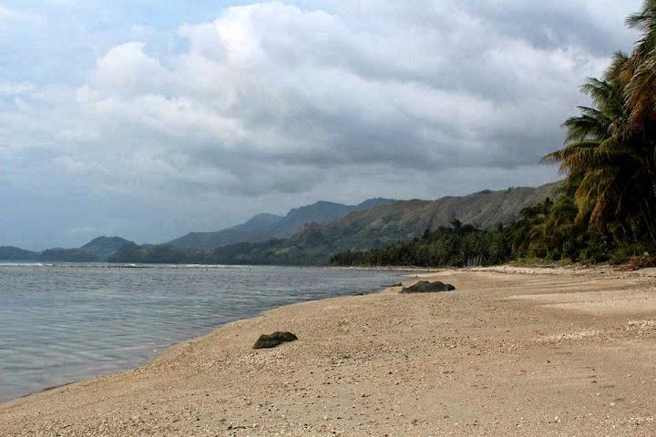 pasir putih pantai pesuloang