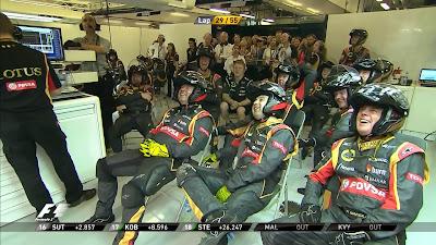 реакция механиков Lotus на их горящий болид на Гран-при Абу-Даби 2014