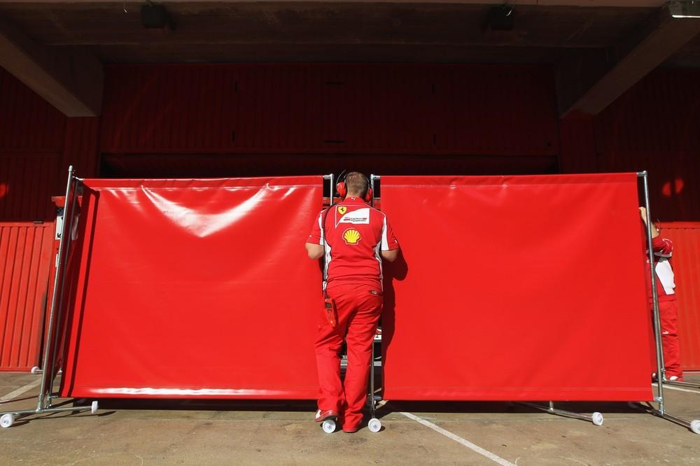 защитные изгороди Ferrari на предсезонных тестах 2012 в Барселоне