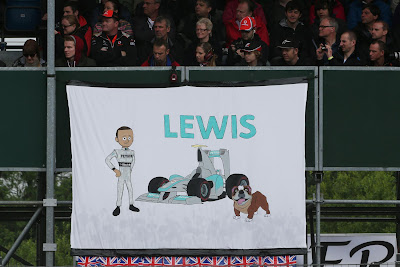 Льюис Хэмилтон и Роско - баннер болельщиков на трибунах Сильверстоуна на Гран-при Великобритании 2013