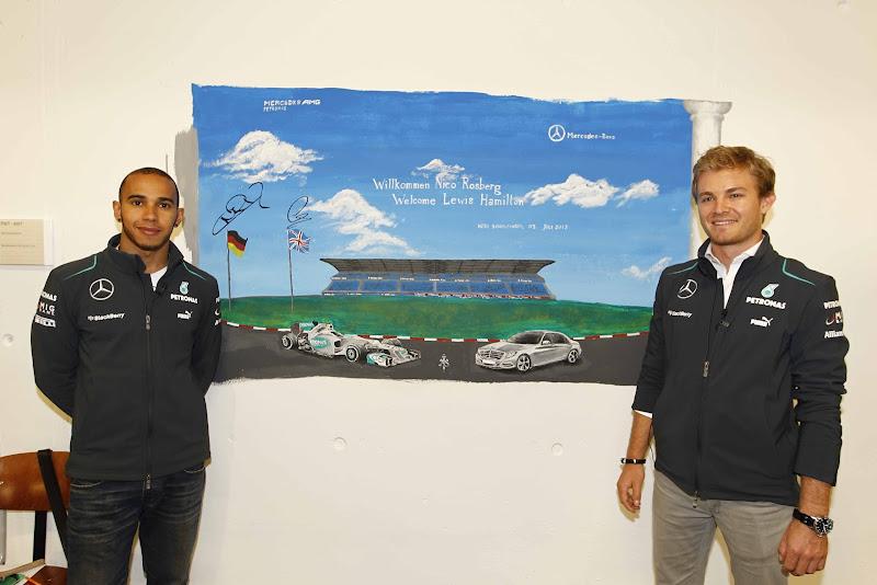 Льюис Хэмилтон и Нико Росберг и рисунок Mercedes на Гран-при Германии 2013