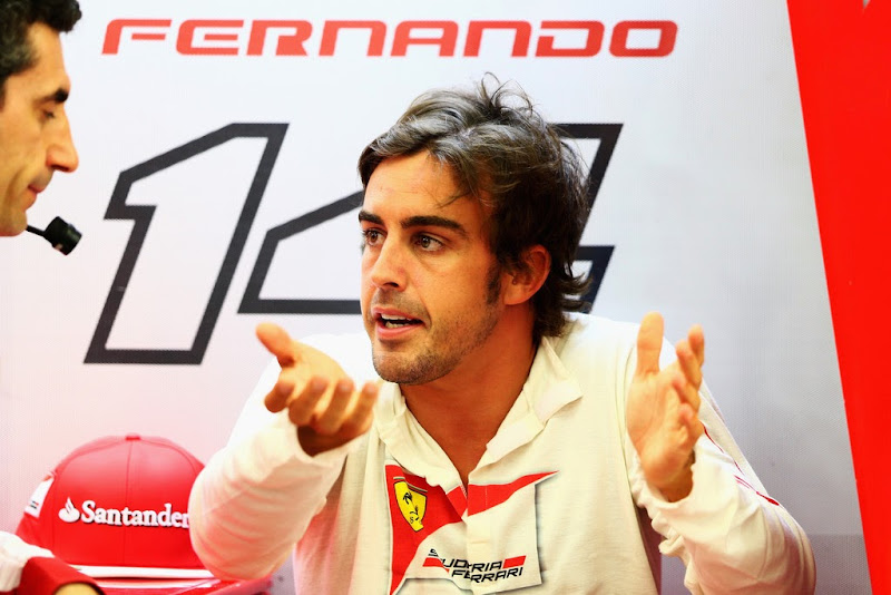 Фернандо Алонсо беседует с Андреа Стеллой в гараже Ferrari на Гран-при Бахрейна 2014