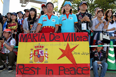 болельщики Сузуки с баннером в память о Марии де Вильоте на Гран-при Японии 2013