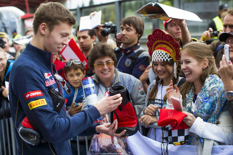 Даниил Квят принимает подарок от болельщицы на Гран-при Бельгии 2014
