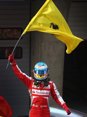Фернандо Алонсо с флагом Ferrari празднует победу на Гран-при Китая 2013