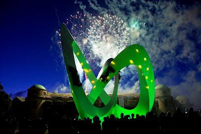 Скульптура Джерри Иуды на Фестивале скорости в Гудвуде 2012 под фейерверками
