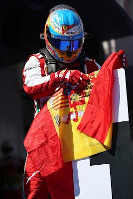 Фернандо Алонсо с испанским флагом на Гран-при Испании 2013