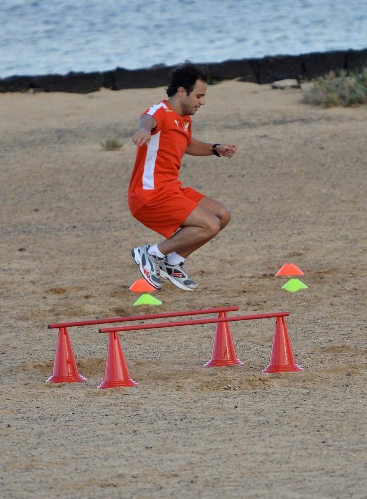 прыгающий Фелипе Масса на тренировочной сессии Ferrari на испанском острове Лансароте 26 января 2012