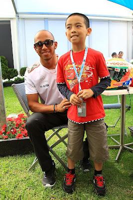Льюис Хэмилтон и маленький болельщик на Гран-при Австралии 2012