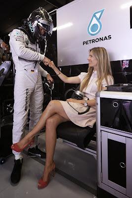 Нико Росберг и Вивиан Сиболд в боксах Mercedes на Гран-при Испании 2014