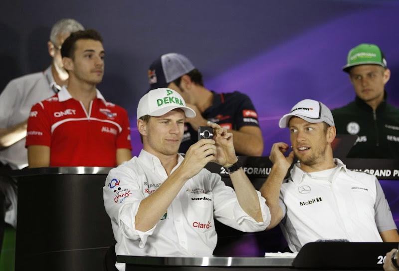 Нико Хюлькенберг фотографирует на пресс-конференции в четверг на Гран-при Бахрейна 2014