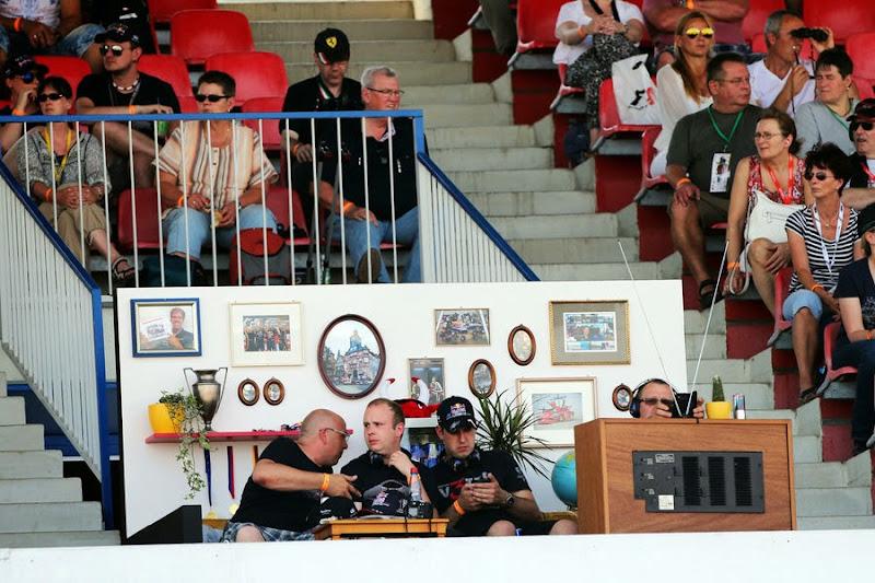 болельщики обустраивают гостиную на трибуне Хоккенхаймринга на Гран-при Германии 2014