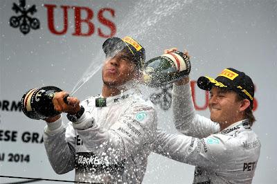 Льюис Хэмилтон под атаками шампанского Нико Росберга на подиуме Гран-при Китая 2014