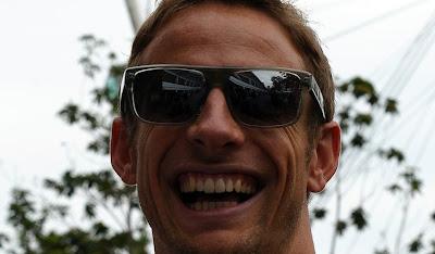 улыбающийся Дженсон Баттон в очках на Гран-при Сингапура 2011