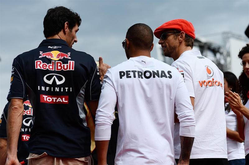 Дженсон Баттон и Марк Уэббер обсуждают что-то во время парада пилотов Монцы на Гран-при Италии 2013