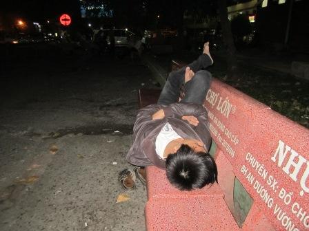 Ảnh vui chàng trai chờ đợi bạn gái lâu quá nên ngủ ngoài công viên