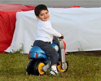Фелипиньо Масса на пластмассовом мотоцикле на картинговой гонке Флорианополис 2011