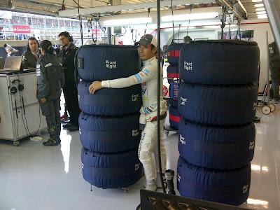Камуи Кобаяши обнимает резину Pirelli в боксах Sauber на Гран-при Великобритании 2012