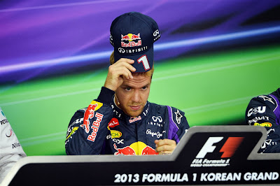 Себастьян Феттель снимает кепку на пресс-конференции после квалификации на Гран-при Кореи 2013