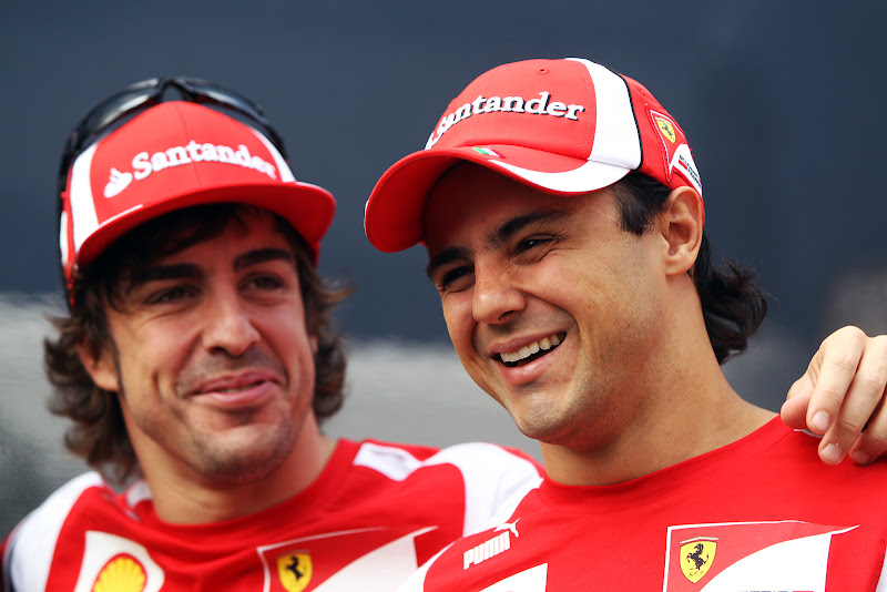 Фелипе Масса и Фернандо Алонсо смеются на Гран-при Италии 2011 в воскресенье