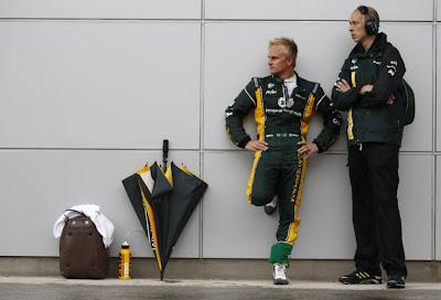 Хейкки Ковалайнен и механик у стены во время перерыва в гонке на Гран-при Малайзии 2012