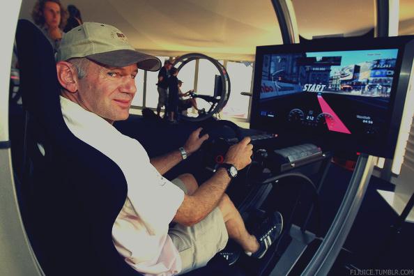 Эдриан Ньюи играет в гоночный симулятор