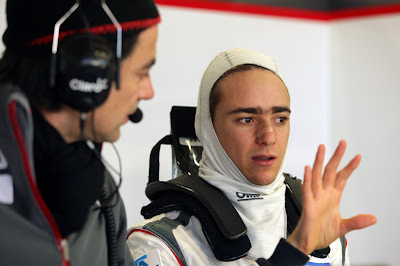 Эстебан Гутьеррес и инженер Sauber на предсезонных тестах в Хересе 8 февраля 2013