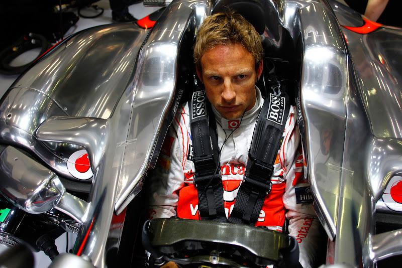 настороженный Дженсон Баттон в кокпите McLaren на Гран-при Бельгии 2011