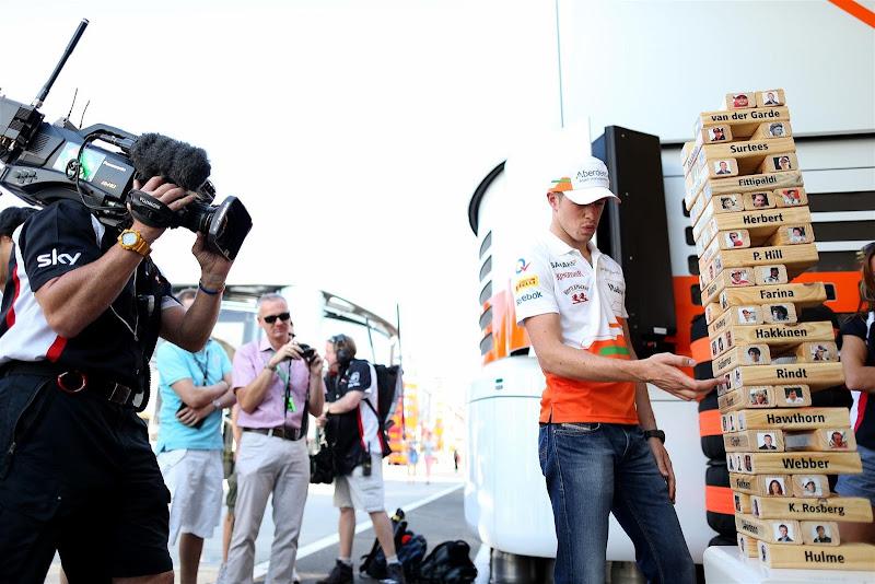 Пол ди Реста играет в Дженгу для сюжета Sky Sports F1 на Гран-при Венгрии 2013