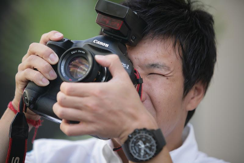 Камуи Кобаяши с фотоаппаратом Canon на Гран-при Абу-Даби 2011