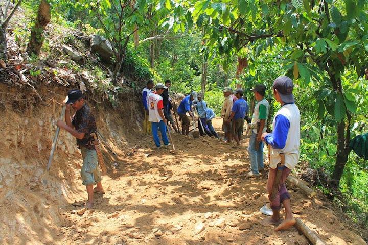 warga desa tibakan anreapi mengerjakan pipa bocor