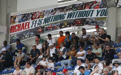 болельщики Михаэля Шумахера с баннеором на трибунах Интерлагоса на Гран-при Бразилии 2012