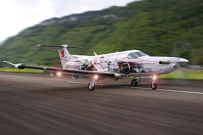 самолет Pilatus PC-12 в раскраске команды Sauber перед Гран-при Испании 2012
