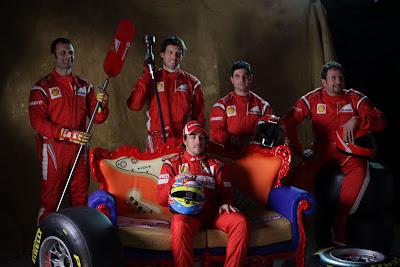 фотосессия Фернандо Алонсо с механикам Ferrari