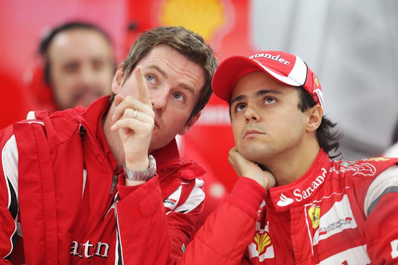 Роб Смедли указывает на что-то пальцем Фелипе Массе в боксах на Гран-при Кореи 2011