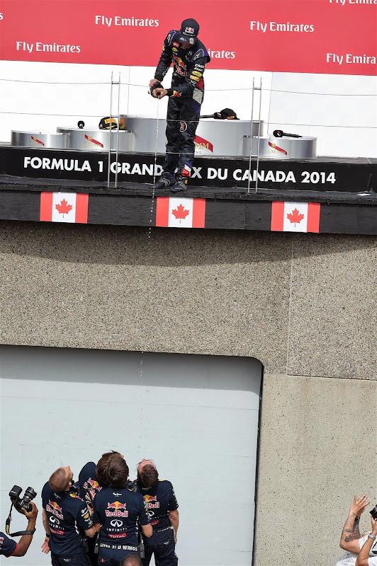 Даниэль Риккардо наливает шампанское механикам с подиума Гран-при Канады 2014
