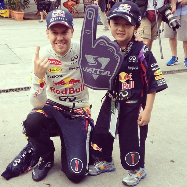 Себастьян Феттель и болельщик Kota на Гран-при Малайзии 2013