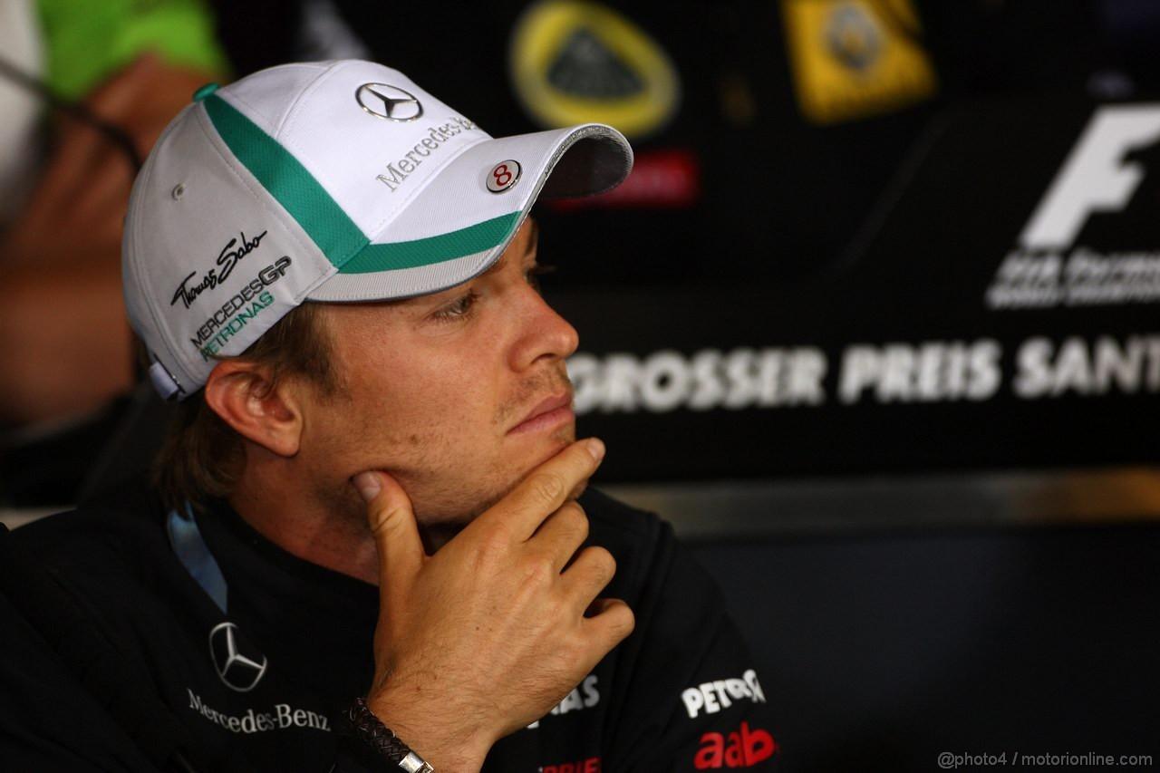 Нико Росберг раздумывает о чем-то на пресс-конференции Нюрбургринга Гран-при Германии 2011 в четверг