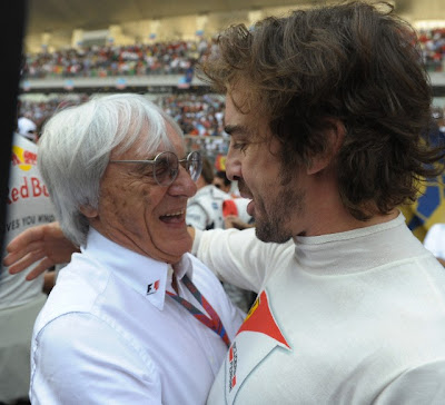 Фернандо Алонсо и Берни Экклстоун обнимаются на Гран-при Индии 2011