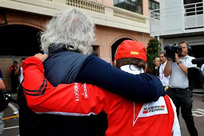 Флавио Бриаторе и Фернандо Алонсо идут в обнимку на Гран-при Монако 2014
