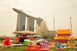Marina Bay Sands, ArtScience Museum, a na pierwszym planie - dekoracje na chiński nowy rok.
