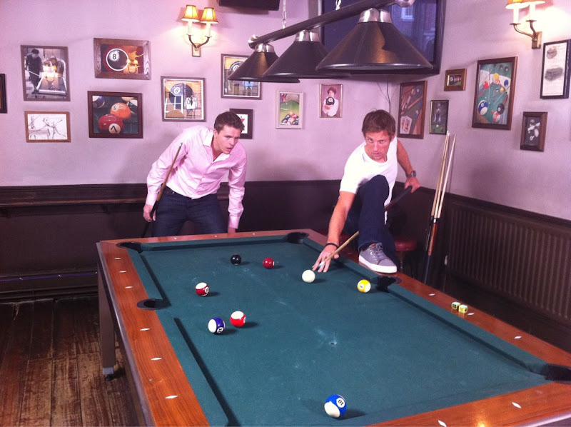 Джейк Хамфри и гибкий Дженсон Баттон на бильярд турнире