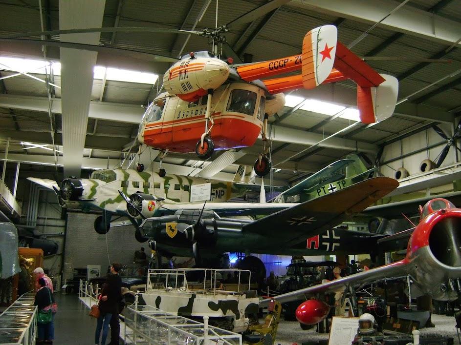 KA-26 ein vielseitiger sowjetischer Hubschraber, der zum Beispiel in der Volkspolizei als auch im medizinischen Rettungsdienst sowie im Agrarbetrieb zum Einsatz kam. Typisch ist der Koaxialrotor, also zwei übereinanderliegende rotoren, die gegenläufig drehen und einen Heckrotor erübrigen